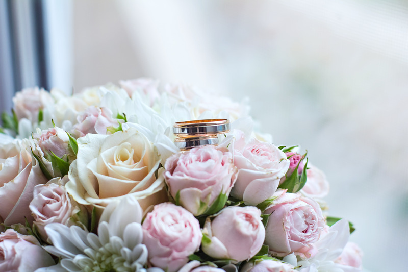 Wedding bouquet with roses and wedding rings